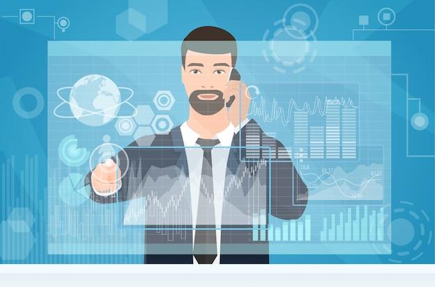 Uomo d'affari utilizzando l'interfaccia area di lavoro virtuale