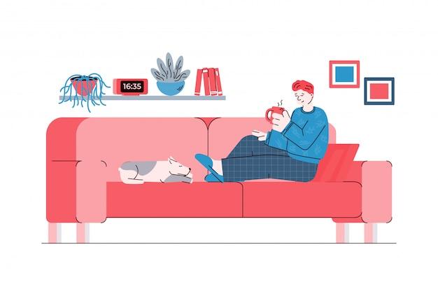 Uomo del fumetto che si siede sul divano con una tazza di tè e cane che dorme.