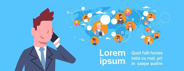 Uomo di affari che parla sul telefono cellulare sopra le persone di affari sul concetto del collegamento globale della mappa di mondo