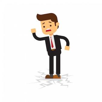 Uomo di affari che sta sul pavimento fendentesi