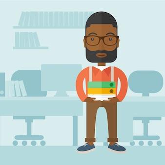Uomo di colore che sta dentro il suo ufficio.
