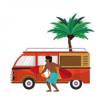 Uomo di estate con van e tavole da surf in spiaggia