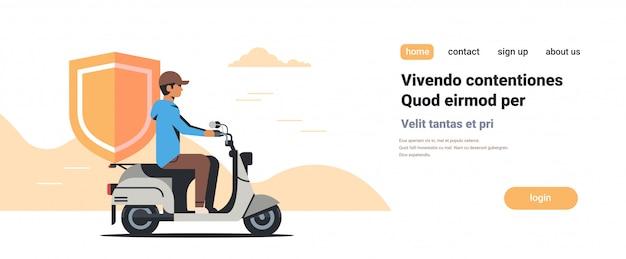 Uomo di sicurezza in sella a scooter con scudo protezione aziendale database di privacy sicuro