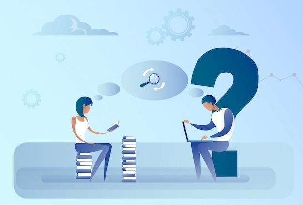Uomo e donna astratti di affari che si siedono sul concetto di lavoro di informazioni di ricerca del computer portatile della pila di libri