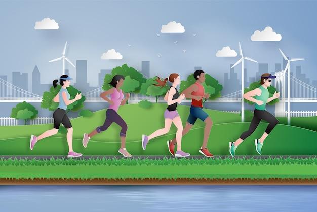 Uomo e donna che corrono in città,