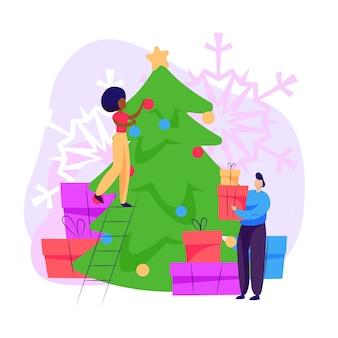 Uomo e donna che decorano l'albero di natale