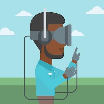 Uomo in cuffia di realtà virtuale che gioca video gioco.
