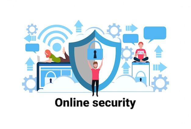 Uomo in possesso di lucchetto in linea concetto di sicurezza della privacy informazioni sulla protezione dei dati web