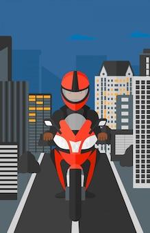 Uomo in sella a una moto.