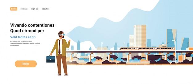 Uomo indossare occhiali digitali alla ricerca di realtà virtuale moderna città metropolitana treno grattacieli paesaggio urbano vr visione auricolare innovazione