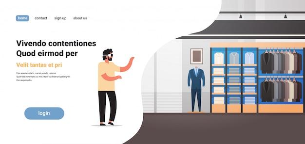 Uomo indossare occhiali digitali realtà virtuale negozio di abbigliamento vr vision cuffia innovazione concetto giacca d'affari boutique
