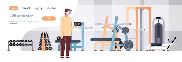 Uomo indossare occhiali digitali tenere manubri realtà virtuale allenamento simulatori vr visione auricolare innovazione concetto fitness palestra interno