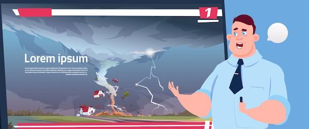 Uomo leader trasmissione televisiva in diretta sul tornado distruggendo fattoria uragano danni notizie di tempesta sputa d'acqua nella campagna disastro naturale concetto