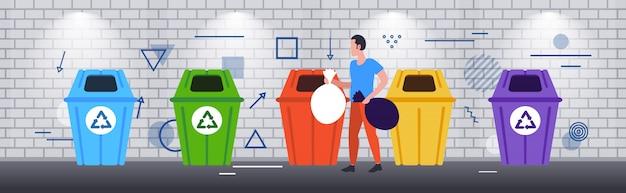 Uomo mettendo sacchetti di immondizia in diversi tipi di contenitori per la raccolta differenziata rifiuti gestione gestione pulizia concetto schizzo orizzontale a figura intera