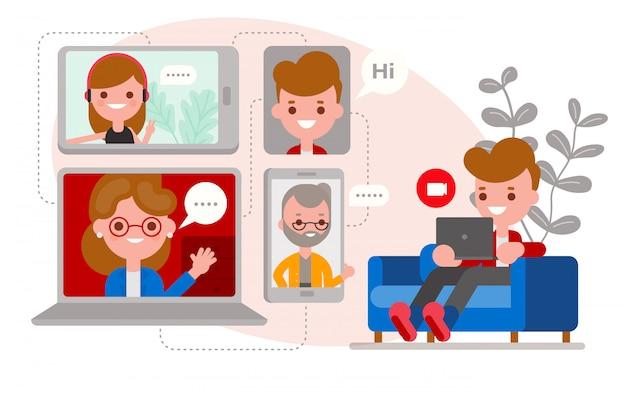 Uomo rilassato seduto sul divano, in chat con i suoi amici e la famiglia utilizzando l'app di videochiamata su laptop e smartphone. personaggi dei cartoni animati design piatto.