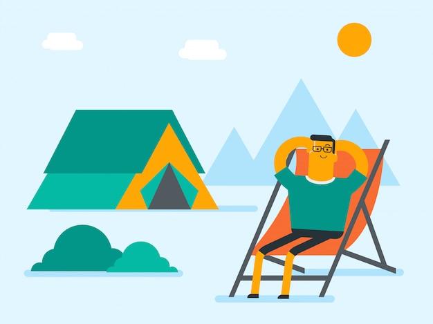 Uomo seduto su una sedia pieghevole in campeggio.