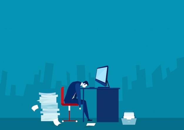 Uomo sovraccarico occupato che dorme al tavolo con il computer portatile e il mucchio di carte