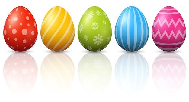 Uova di pasqua colorate su sfondo bianco