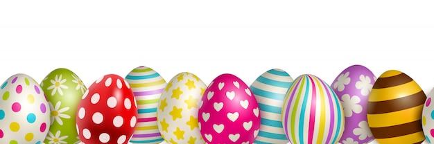 Uova di pasqua colorate tradizionali con differenti ornamenti su realistico bianco