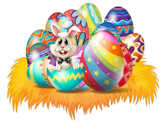 Uova di pasqua con un coniglietto di pasqua