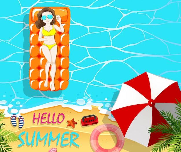 Vacanze estive con la donna sulla zattera galleggiante