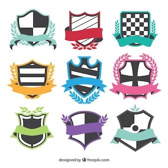 Varietà di scudi con nastri colorati