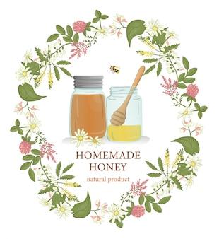 Vasetti di miele incorniciati da ghirlande di fiori selvatici e bombi