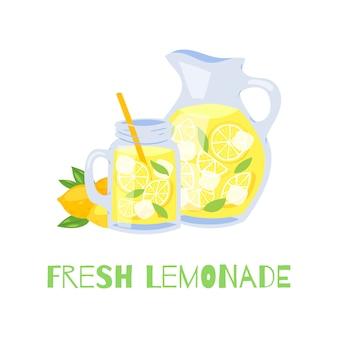 Vaso di vetro rinfrescante di limonata con paglia e brocca con limoni e cubetti di ghiaccio