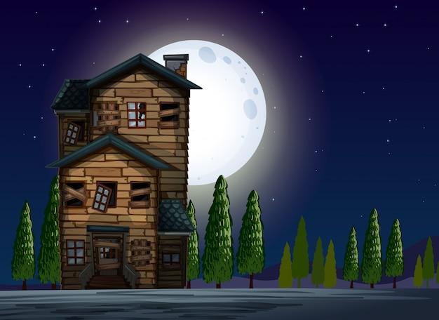 Vecchia casa di legno nella notte di luna piena