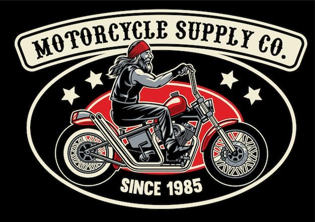 Vecchio motociclista con moto chopperea