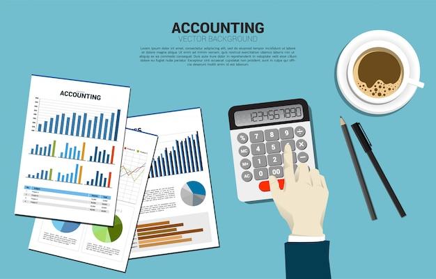 Vector businessman touch calcolatrice con tazza di caffè e carta report. tavolo spazio di lavoro del ragioniere. concetto di investimento e contabilità delle informazioni aziendali