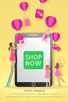 Vendita di natale e capodanno. concetto di acquisto online. il compratore della donna fa l'ordine sul cellulare