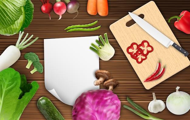 Verdure sul tavolo con carta e tagliere