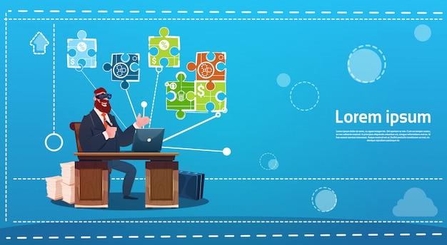 Vetri di realtà virtuale di digital di usura dell'uomo di affari che si siedono il computer del posto di lavoro dell'ufficio dello scrittorio