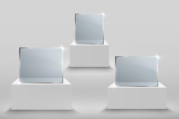 Vetrina di vetro per l'esposizione sotto forma di cubo. scatola di vetro del museo isolata