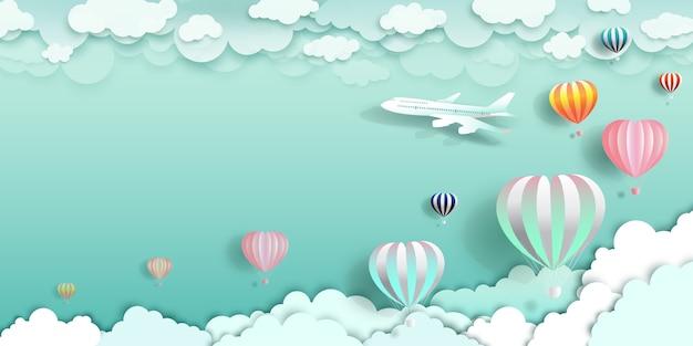 Viaggia felice con palloncini e aereo sulla nuvola.