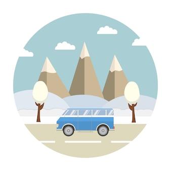 Viaggio invernale nella neve del paesaggio forestale del resort di montagna e l'auto sulla strada.