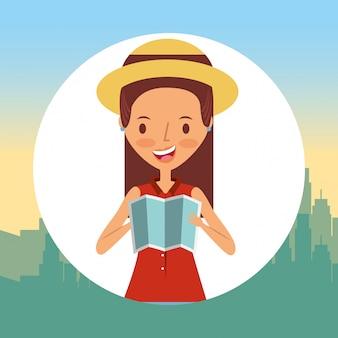 Viaggio turistico della giovane donna con la mappa