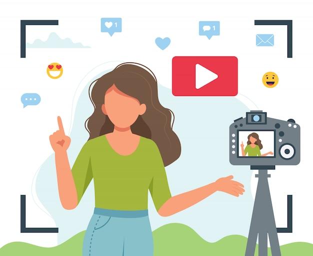 Video blogger che registra video con la fotocamera.