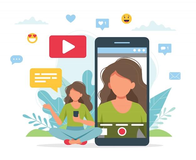 Video blogger che registra video con lo smartphone.