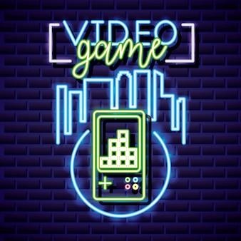Videogioco e skyline con videogioco stile neon