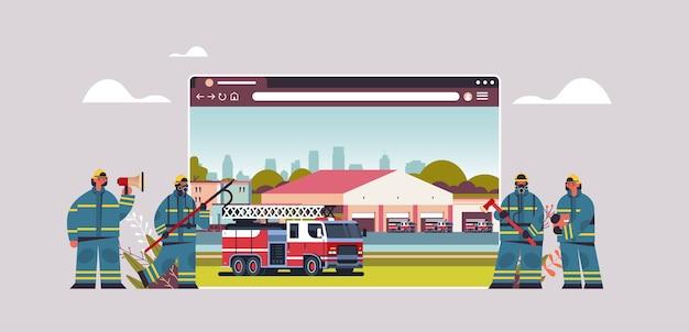 Vigili del fuoco in uniforme vicino alla stazione dei vigili del fuoco concetto antincendio digitale vigili del fuoco nella finestra del browser web orizzontale