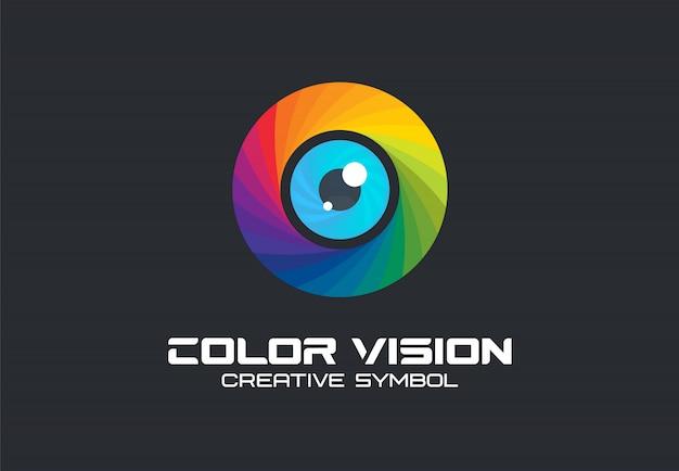 Visione a colori, concetto creativo di simbolo dell'occhio della macchina fotografica. la tecnologia digitale, la sicurezza, proteggono l'idea del logo aziendale astratto. icona dello spettro arcobaleno