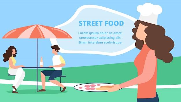 Visitatori di uomini e donne seduti al caffè estivo sotto l'ombrello, cameriera in toque che servono gli ospiti cibo di strada sul ristorante all'aperto, caffetteria, terrazza