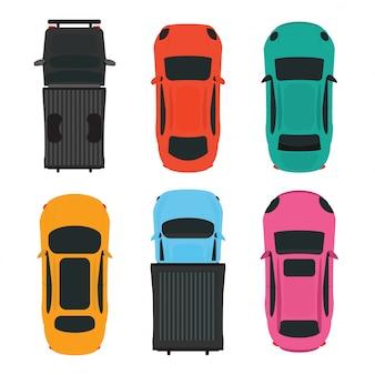 Vista dall'alto di auto diverse colorate su sfondo bianco.