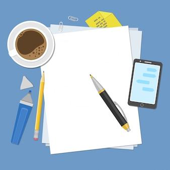 Vista dall'alto di fogli bianchi di carta, penna, matita, pennarello, smartphone, adesivi, tazza di caffè. preparazione per lavoro, note o schizzi.
