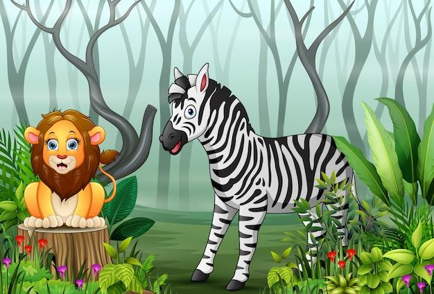 Vista delle piante della foresta nella nebbia con un leone e una zebra