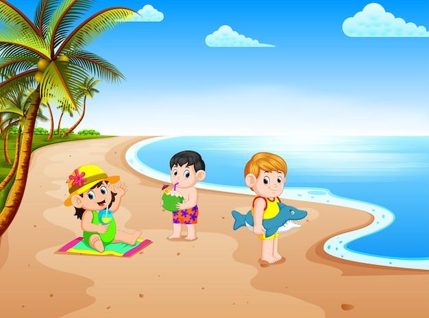 Vista sulla spiaggia con i bambini che giocano e fare alcune attività nella costa vicino all'acqua