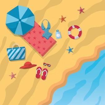 Vista superiore del mare della spiaggia delle stelle marine dell'asciugamano del cappello dei sandali del bikini dell'ombrello di spiaggia