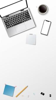 Vista superiore del posto di lavoro moderno, matita della nota della carta del caffè del computer portatile sui precedenti bianchi